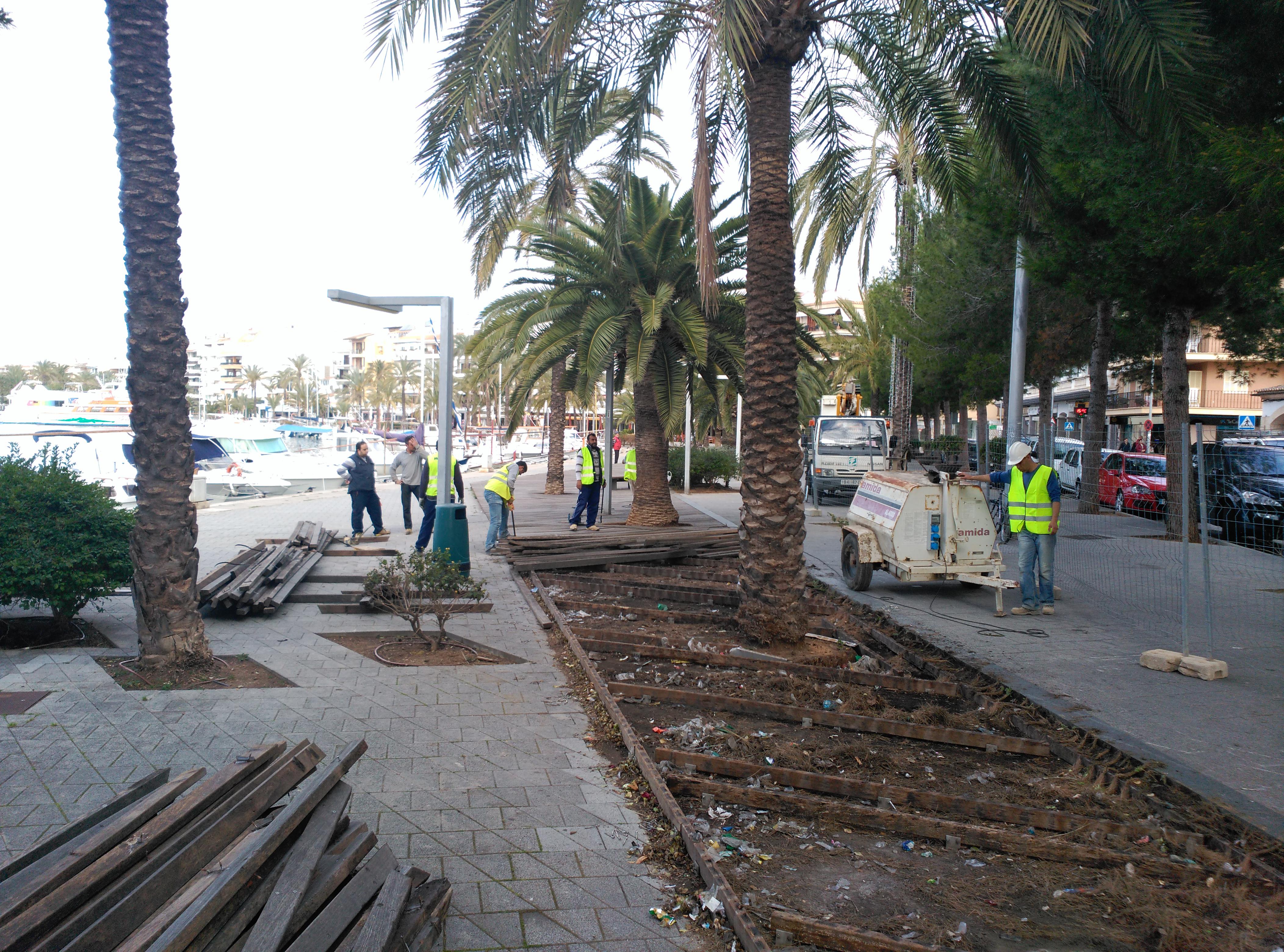 Recogida de firmas para cambiar el paseo marítimo de Alcudia, recién reformado.